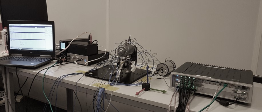 Measurement setup of component transfer path analysis: a Simcenter SCADAS data acquisition system, the electric motor, the Qsource shaker, an amplifier and a PC.