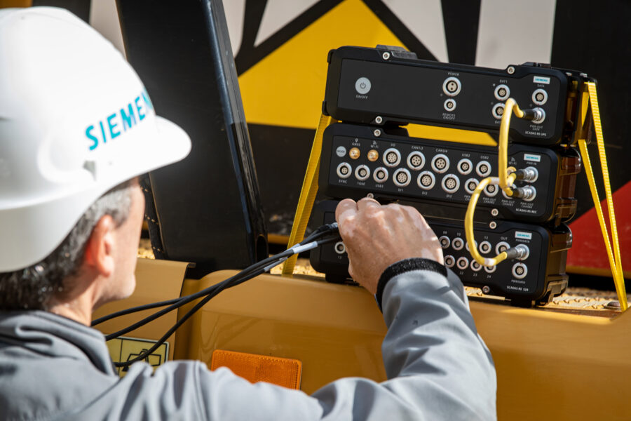 Simcenter SCADAS RS engineer plugging cables into system
