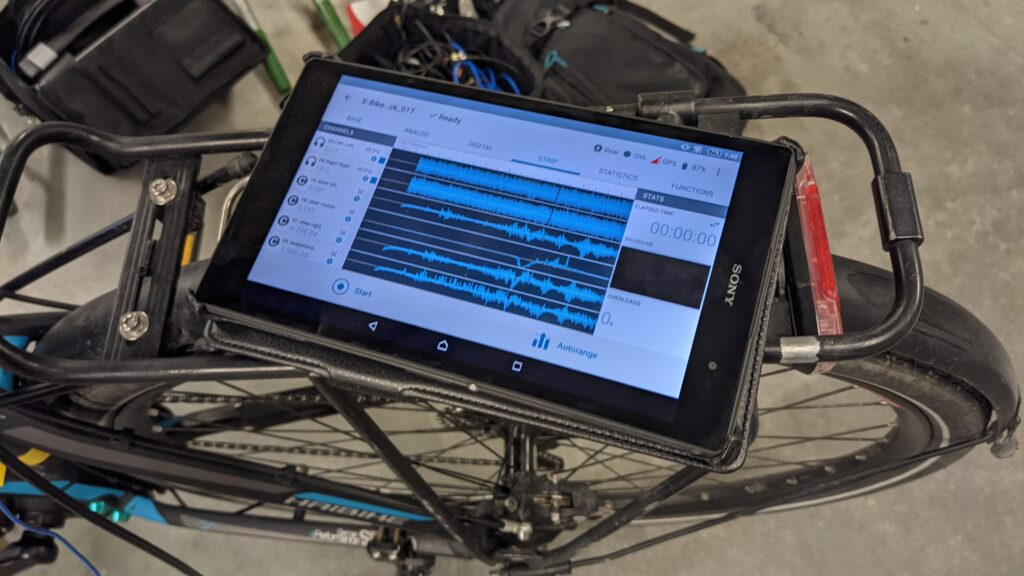 Checking the signals using a wirelessly connected tablet