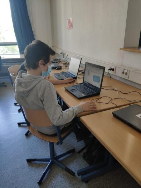 A-student-of-Herbert-Grillo-Gesamtschule-in-Duisburg-concentrated
